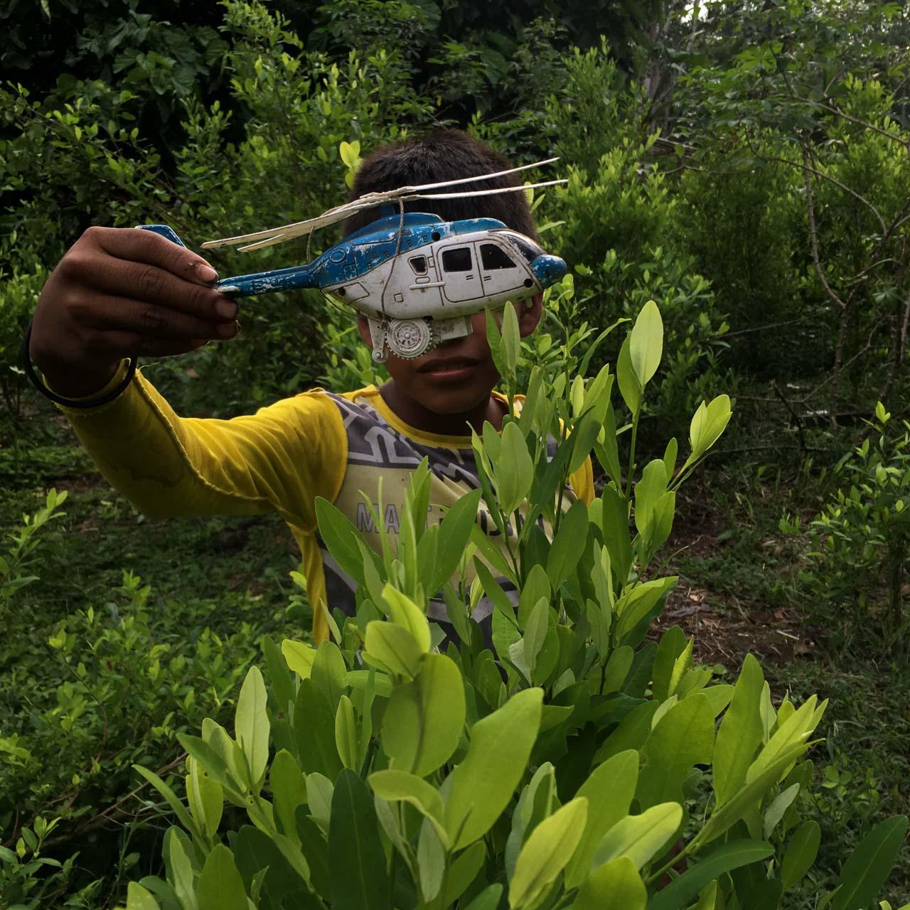 Un niño describe cómo los helicópteros de la fuerza pública se aproximan a los cultivos de coca y ametrallan desde el aire, en zona rural de San Miguel, en el Putumayo. Con Thilo Miske y Anja Buwert para la tv pública alemana.