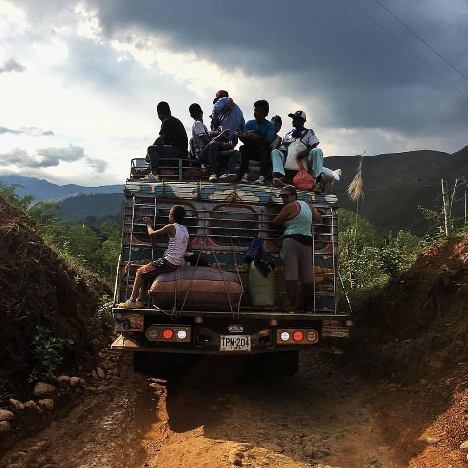 Una chiva recorre las montañas de Timba, Cauca, rumbo a El Roble. La chiva es uno de los medios de transporte más usados en el territorio colombiano, apta para las montañas y con una gran capacidad de carga en el techo. Puede transportar más de 50 pasajeros con sus morrales, animales, motocicletas y hasta vacas.