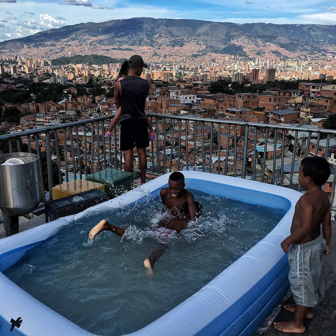 Un grupo de niños juega en una piscina inflable en la comuna 13 de Medelllín. Este territorio ha sufrido el embate paramilitar por varios años y luego la dominación de combos armados que se disputan el control territorial para el expendio de drogas.