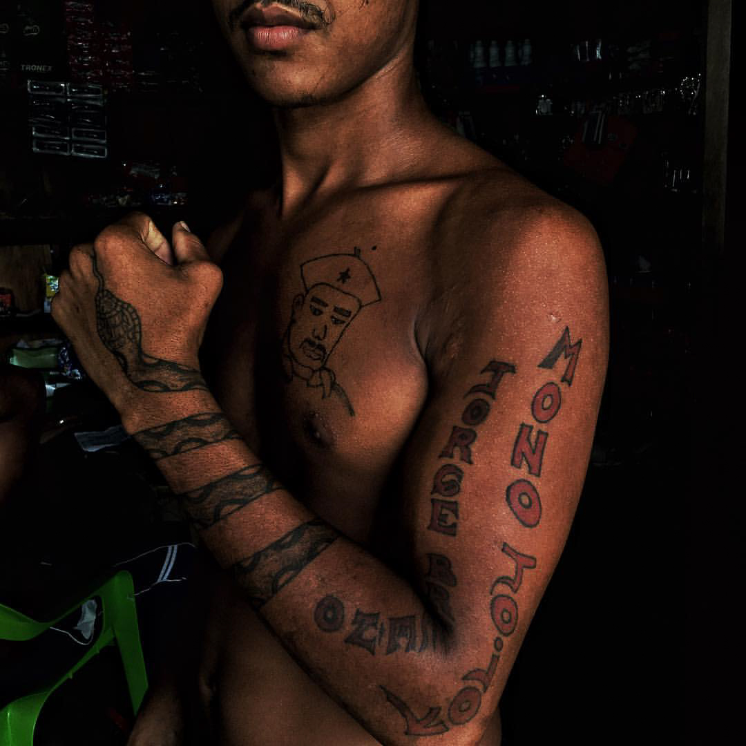 Un miembro de las FARC exhibe sus tatuajes del difunto líder guerrillero Mono Jojoy, en el día de la dejación de armas en la ZVTN de Vegáez sobre el río Arquía. A partir de ese momento, los miembros de las FARC no pueden portar armas bajo ninguna salvedad. Terminaron así 53 años de confrontación armada.