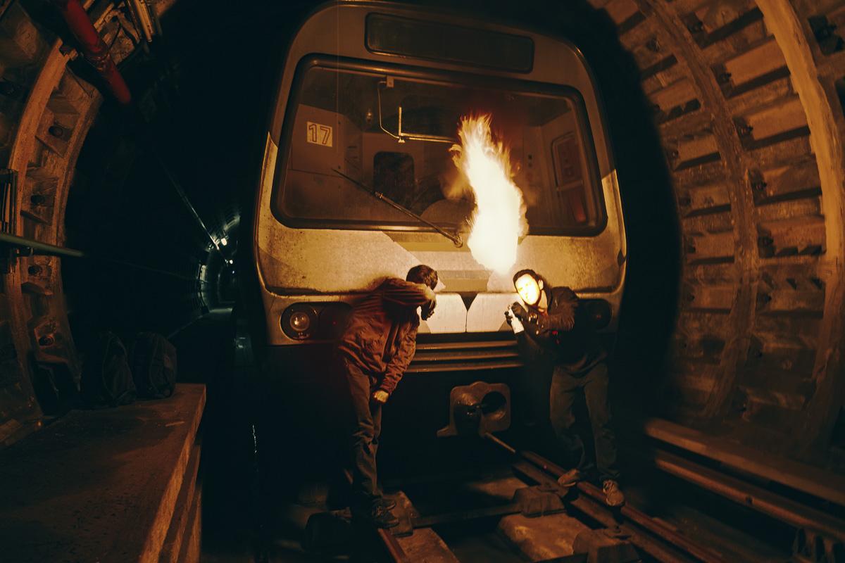 El 12 de octubre de 2015, dos escritores de graffiti encienden un pote de pintura en el metro de Caracas. Inicialmente, su principal preocupación era la estética y la tipografía pero, a medida que la situación empeoraba en el país, comenzaron a surgir mensajes políticos en los vagones, en las calles. La política venezolana había trastocado todo, incluso las subculturas.