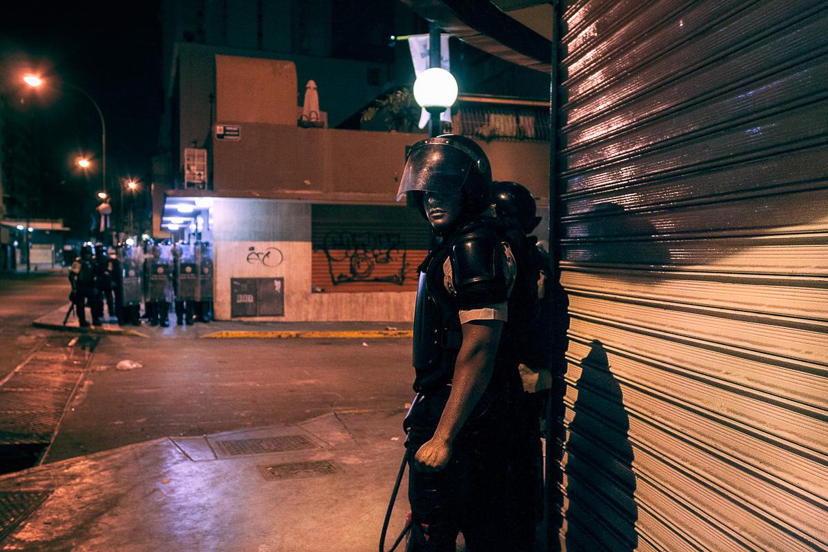 El 19 de abril de 2014, la Guardia Nacional se prepara para allanar un edificio donde creen que los manifestantes se esconden. Los enfrentamientos comenzaron temprano en la mañana y se extendieron hasta altas horas de la noche. Las unidades de policía se quedaron sin municiones en varias ocasiones y no pudieron ejecutar los allanamientos porque un gran grupo de manifestantes los atacaron poco después. Las confrontaciones cotidianas entre policías y manifestantes se redujo, con el tiempo a manifestaciones de ira, cada una expresada en su propio idioma.