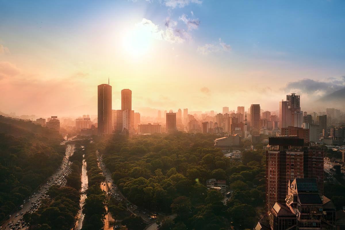 Durante la temporada seca de julio de 2015, el cerro El Ávila, en Caracas, se incendió durante semanas. Los incendios generalizados y la sequía pusieron a la ciudad al borde. El humo filtraba la luz del sol, resultando en atardeceres memorables. Durante ese año, Venezuela tuvo casi 29,000 homicidios, según el Observatorio de Violencia de Venezuela, una ONG local. Venezuela se convirtió en el segundo país más violento del hemisferio occidental.