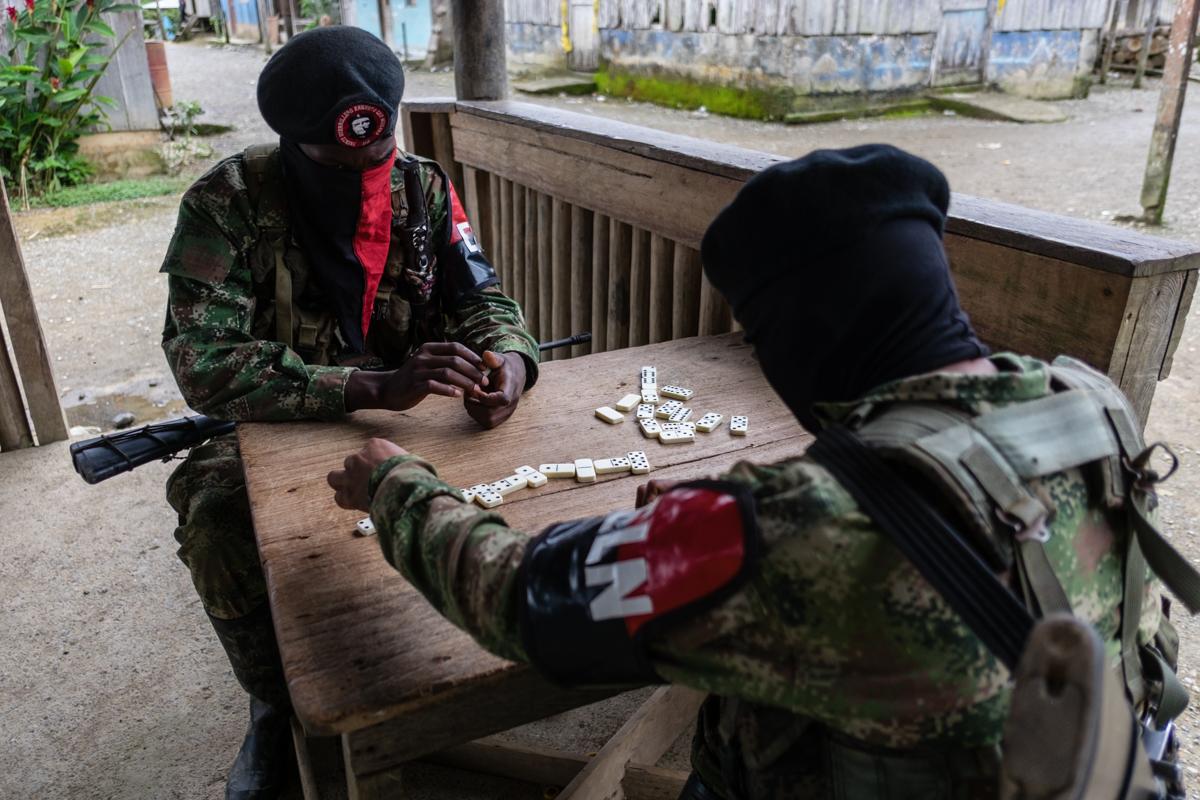Guerrilleros del ELN jugando al domino durante un descanso