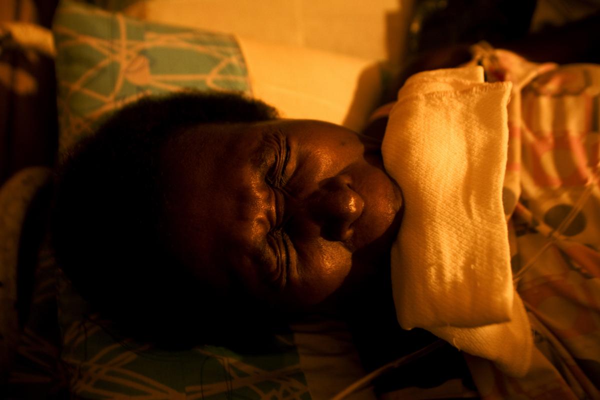 """Itsmina, Chocó, Colombia. Marcelina Murillo está a punto de dar a luz y tiene contracciones en su casa del barrio La Independencia en la ciudad de Itsmina, en el departamento del Chocó, Colombia, la partera tradicional """"Pachapasmo"""" atiende su parto. © Juan Manuel Barrero Bueno"""