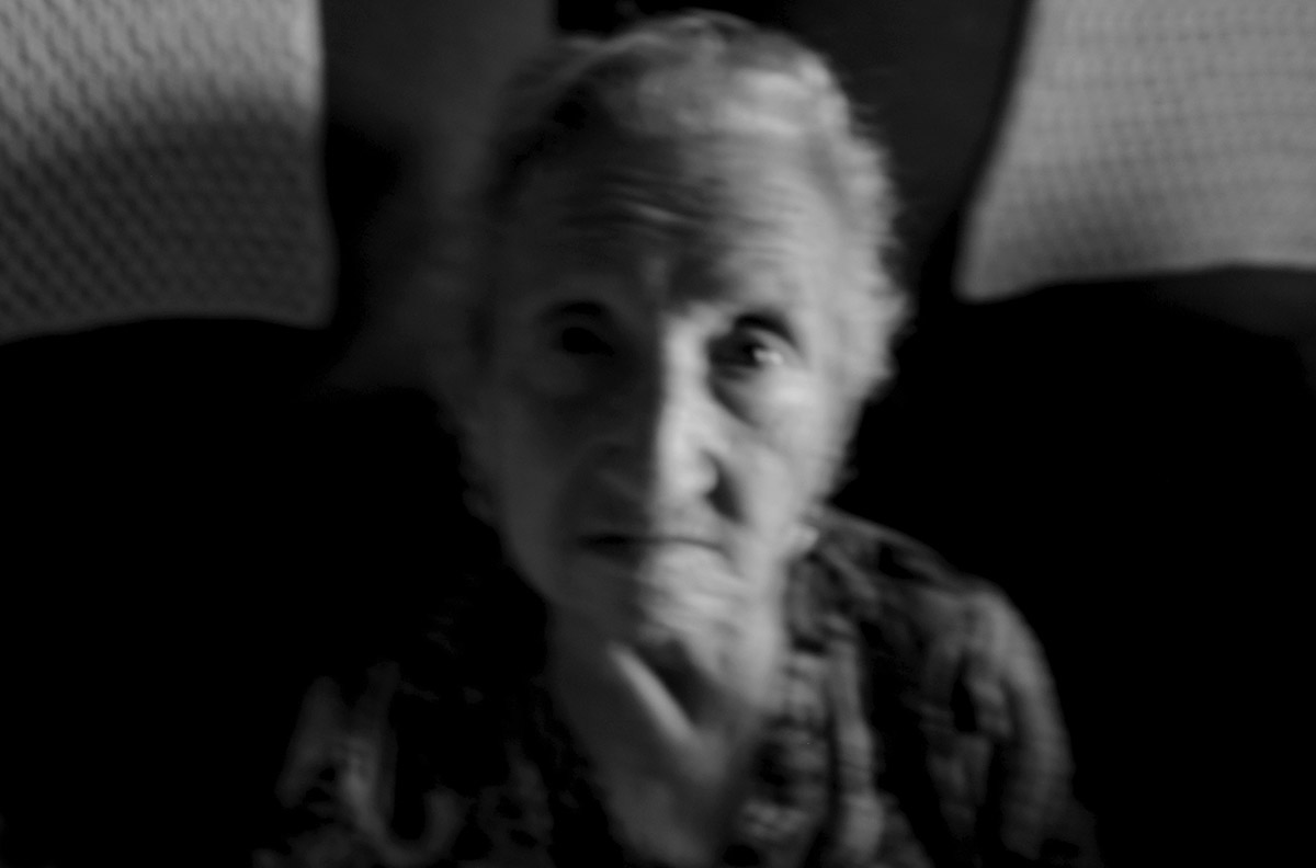 """La soledad de María contra la Ley de Dependencia María del Palacio vive en soledad. Viuda y con 96 años no puede abandonar su piso de Madrid. Sufre pérdidas de memoria y serios problemas que le impiden moverse con autonomía. Es dependiente y necesita ayuda y atención. A pesar de su estado, la Comunidad de Madrid no le autoriza el traslado urgente a una residencia pública: """"Puede andar sola y comer con sus manos"""", justifican las autoridades. Como María, miles de personas de avanzada edad sufren psíquica y físicamente las consecuencias del aislamiento al que se ven inducidas. Sus familias, sobre las que recae el esfuerzo, también se quedan indefensas. Este es un tributo al esfuerzo de María y al de tantos ancianos que, a su edad, padecen el desamparo del Estado. Este reportaje ha sido realizado íntegramente en el interior del domicilio de María del Palacio en calle Ervigio, distrito de Carabanchel, Madrid, Comunidad Autónoma de Madrid, España; en el seguimiento de sus actividades cotidianas y con su autorización, entre los meses de Agosto y Diciembre de 2016. Cuando puede andar, va a comer al comedor social cercano a su casa. ©Carlos de Andres/ Getty Images. 2016"""