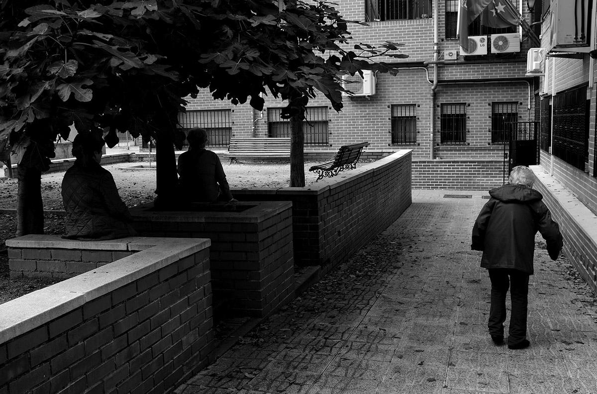 """Camino de la comida al Hogar del Anciano. La soledad de María contra la Ley de Dependencia María del Palacio vive en soledad. Viuda y con 96 años no puede abandonar su piso de Madrid. Sufre pérdidas de memoria y serios problemas que le impiden moverse con autonomía. Es dependiente y necesita ayuda y atención. A pesar de su estado, la Comunidad de Madrid no le autoriza el traslado urgente a una residencia pública: """"Puede andar sola y comer con sus manos"""", justifican las autoridades. Como María, miles de personas de avanzada edad sufren psíquica y físicamente las consecuencias del aislamiento al que se ven inducidas. Sus familias, sobre las que recae el esfuerzo, también se quedan indefensas. Este es un tributo al esfuerzo de María y al de tantos ancianos que, a su edad, padecen el desamparo del Estado. Este reportaje ha sido realizado íntegramente en el interior del domicilio de María del Palacio en calle Ervigio, distrito de Carabanchel, Madrid, Comunidad Autónoma de Madrid, España; en el seguimiento de sus actividades cotidianas y con su autorización, entre los meses de Agosto y Diciembre de 2016. Cuando puede andar, va a comer al comedor social cercano a su casa. ©Carlos de Andres/ Getty Images. 2016"""