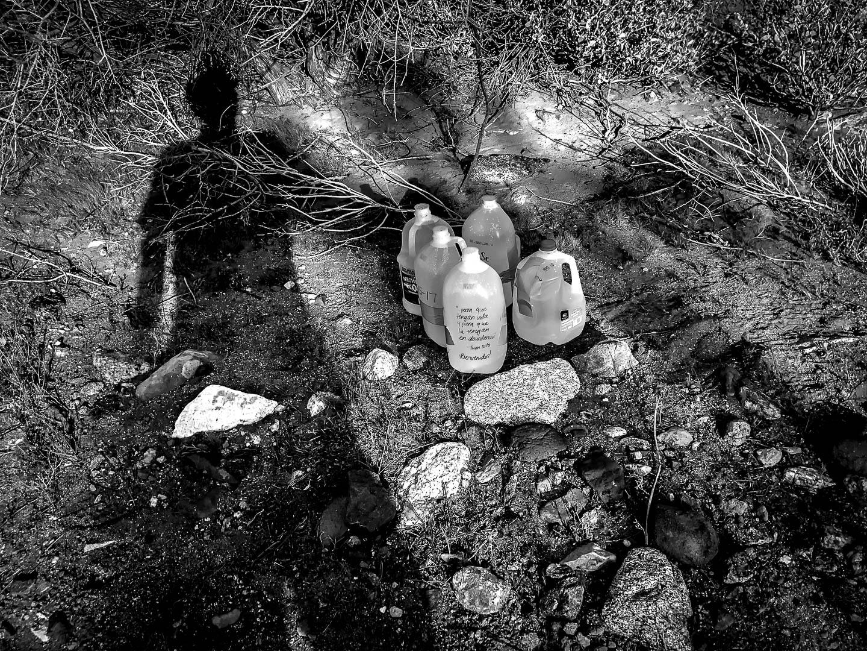 La organización Water Stations creada en el año 2000 en Ocotillo, California, deposita bidones de agua regularmente mediante voluntarios, en la ruta de migrantes ilegales a traves de Imperial Valley, donde se han enconrado más de 450 cuerpos sin identificar de migrantes ilegales desde 1990. 17 de Abril de 2017.© Miguel Cerezo.