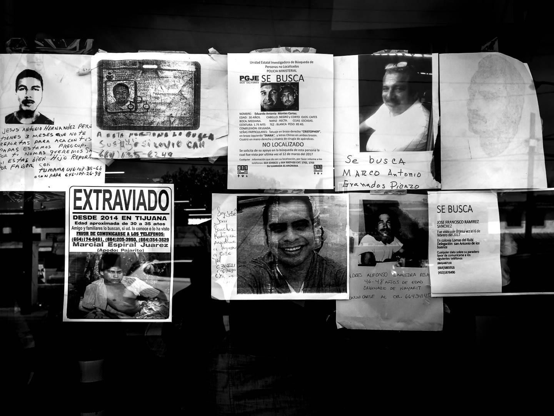 Consecuencias de las políticas de deportación desde EEUU hacia México de ciudadanos irregulares .Anuncios en busca de familiares desaparecidos tras el intento de cruzar ilegalmente la frontera con EEUU. Muchos de ellos habran muerto y otros muchos vagan por las calles de las ciudades fronterizas, presa de las mafias o de la drogadicción. Desayunador salesiano del Padre Chava. Tijuana, Baja California, México. 18 de Abril de 2017. © Miguel Cerezo.