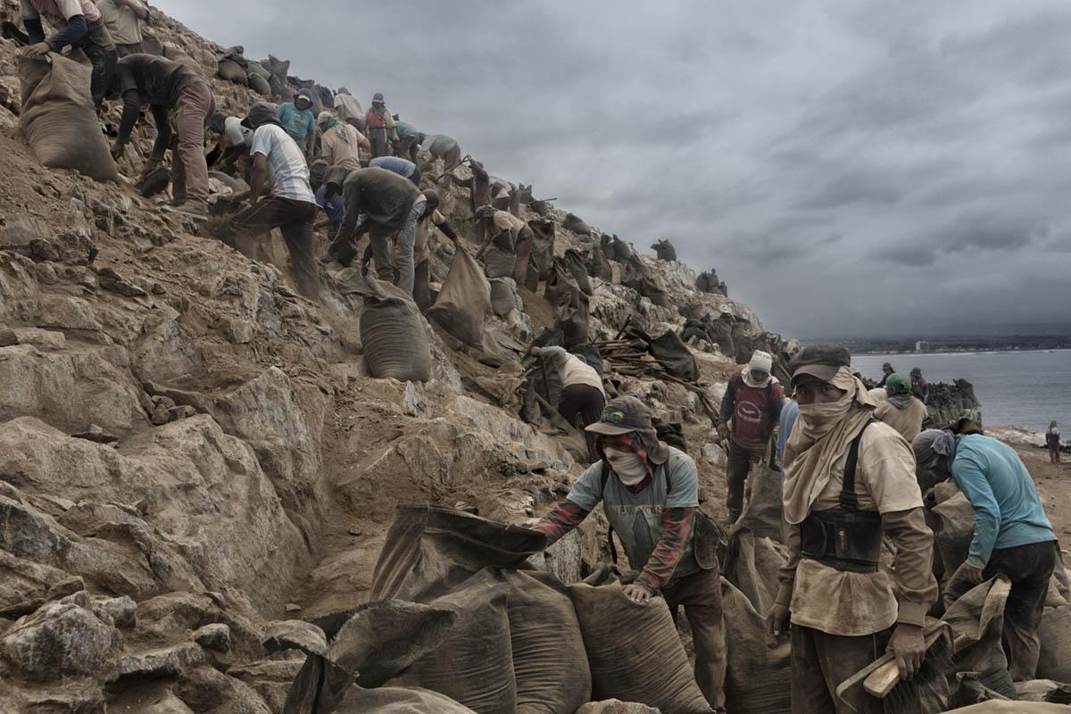 Isla Asia - Perú 2017: Trabajadores de Guano conocidos como campañeros durante una de sus jornadas de trabajo en la isla.