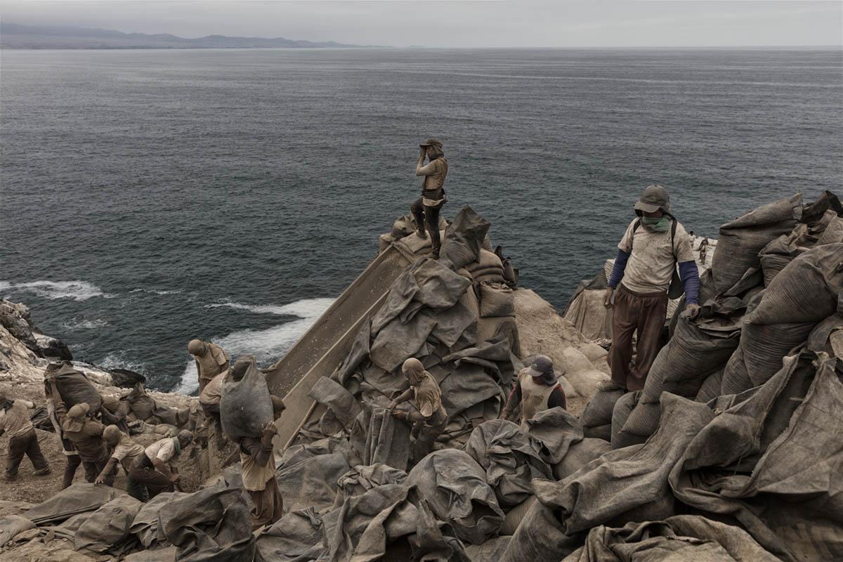 Isla Asia - Perú 2017: Trabajadores de Guano durante una de sus jornadas de trabajo en el interior de la Isla Asia.