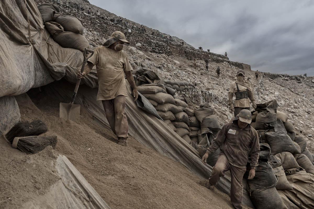 Isla Asia - Perú 2017: Trabajadores de Guano durante una jornada de trabajo en el interior de la isla.