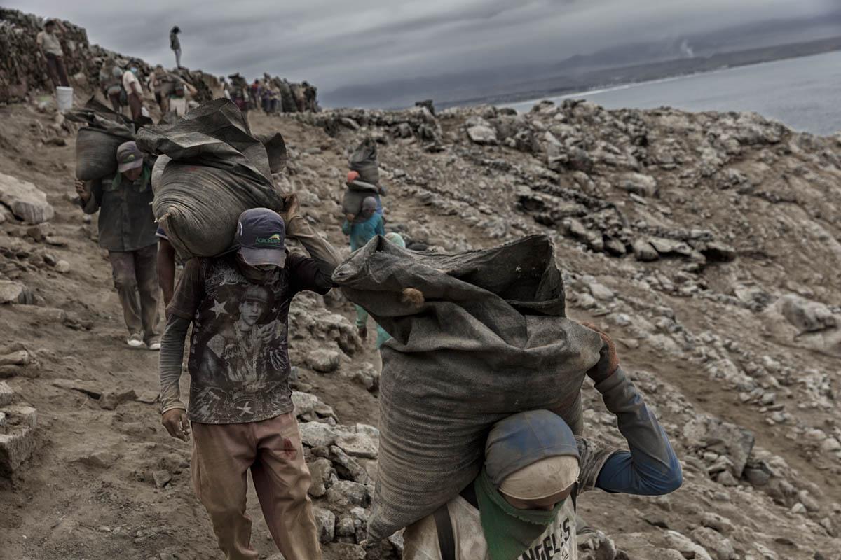 Isla Asia - Perú 2017: Trabajadores de Guano cargan fardos de 50 Kl de Guano durante su jornada de trabajo.