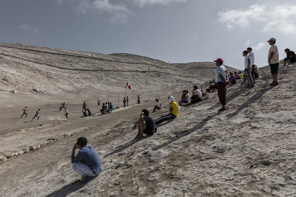 Isla Asia - Perú 2017: Trabajadores de Guano disfrutando de un partido de fútbol.