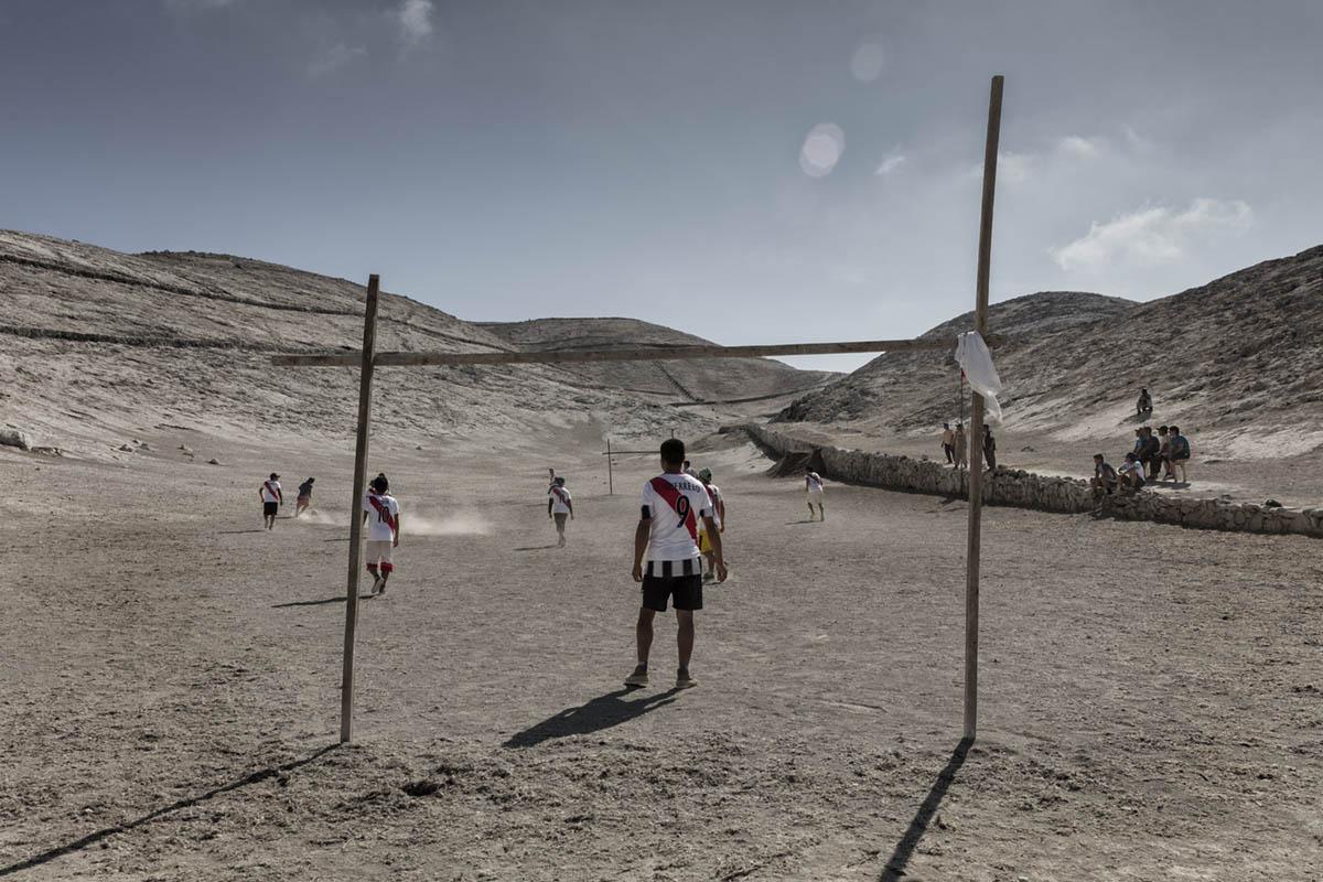 Isla Asia - Perú 2017: Un grupo de trabajadores juega al fútbol tras acabar su jornada de trabajo.