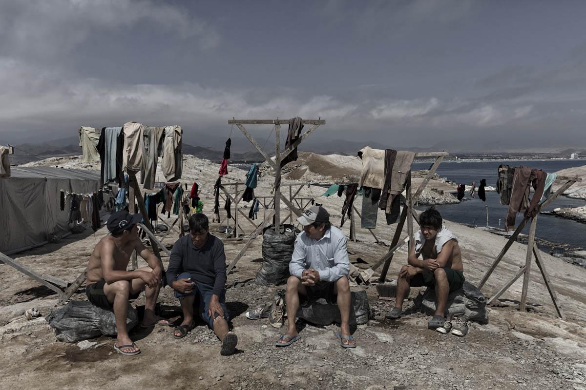 Isla Asia - Perú 2017: Un grupo de trabajadores de Guano descansan tras acabar su jornada de trabajo.