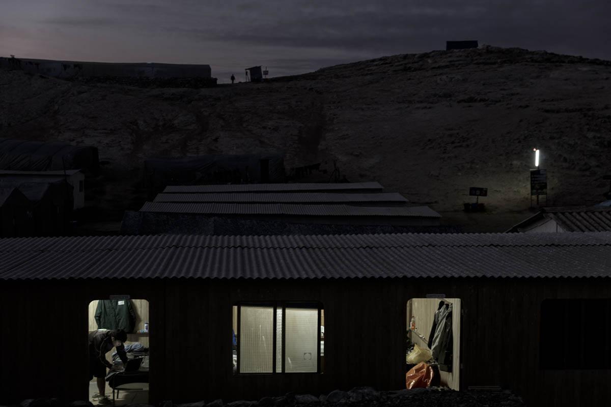 Isla Asia - Perú 2017: La noche cae sobre la Isla Asia, los trabajadores se disponen a descansar.